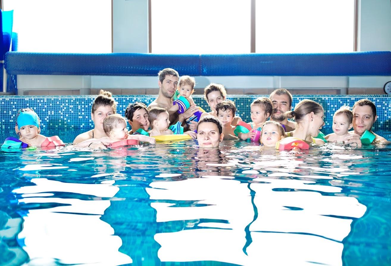 25b52b1bbf4 Освен че дават полезни умения, уроците по плуване са един чудесен начин да  се създаде здрава връзка между родителя и детето, както и да се направи  така, ...